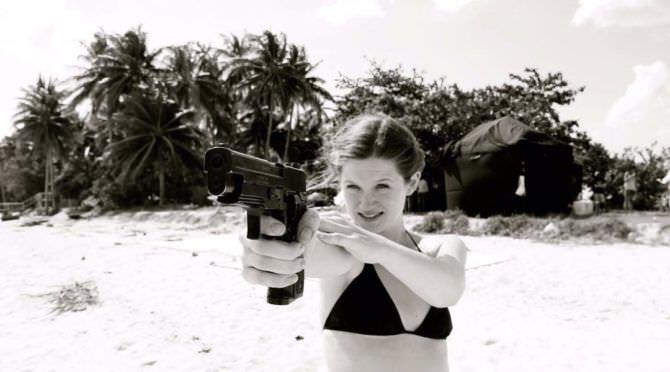 Бонни Райт фотография с пистолетом