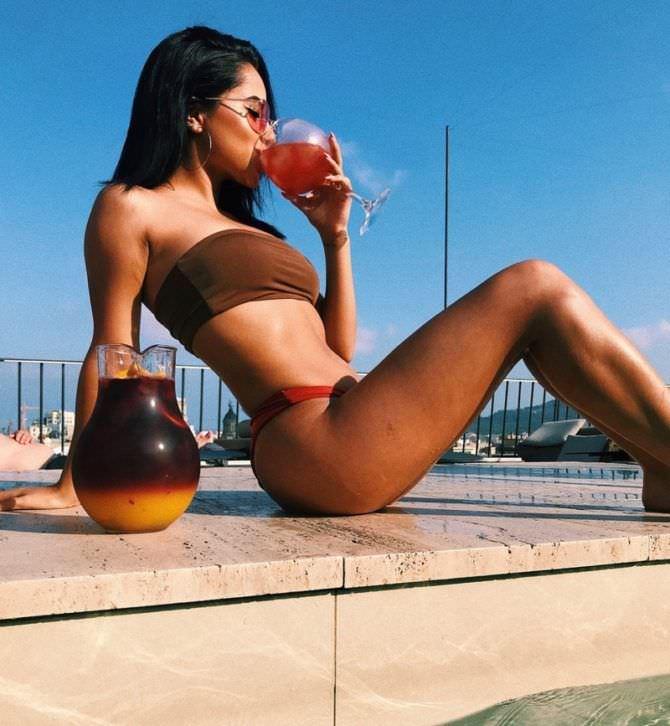 Бекки Джи фотография в купальнике с коктейлем