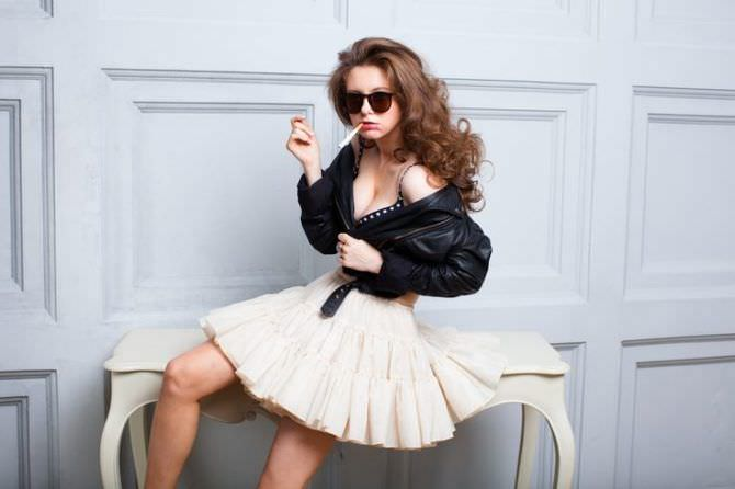 Наталья Костенева фотосессия в куртке и юбке