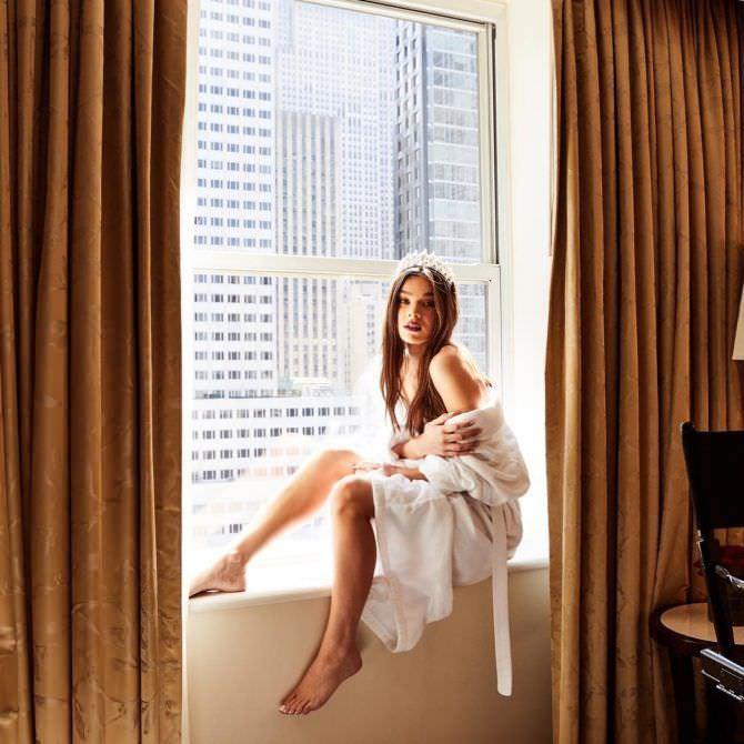 Хейли Стайнфелд фото в халате на окне