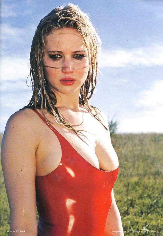 Дженнифер Лоуренс фотография в красном куплаьнике