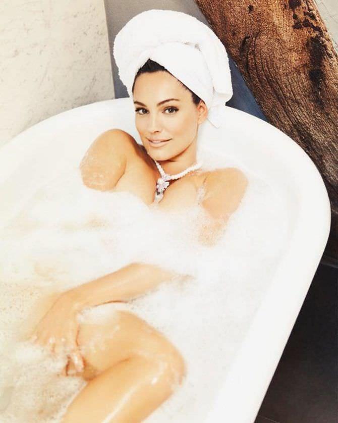 Келли Брук фото в ванне с пеной