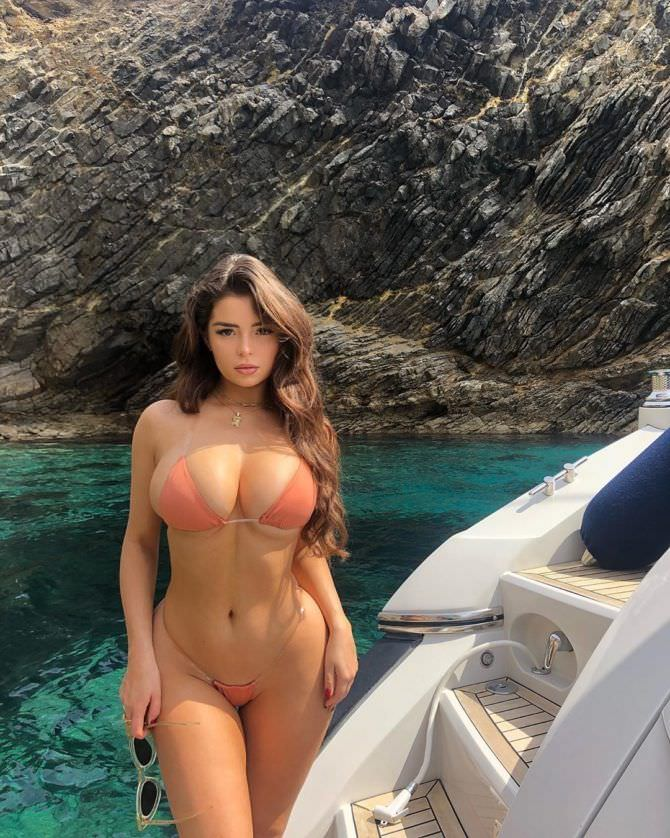 Деми Роуз фото в купальнике на яхте