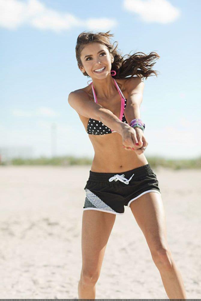 Нина Добрев фото на пляже в шортах