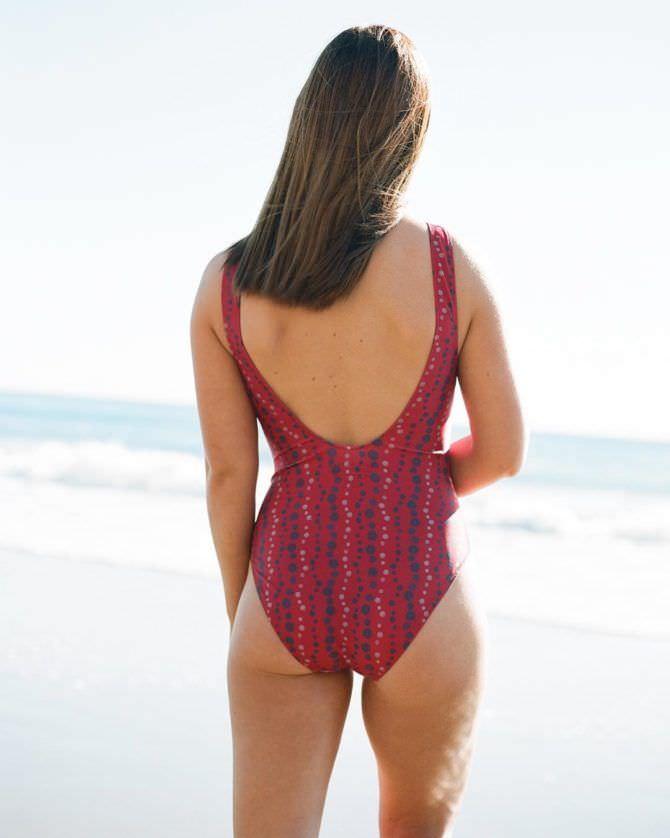 Бонни Райт фото в красном купальнике сзади