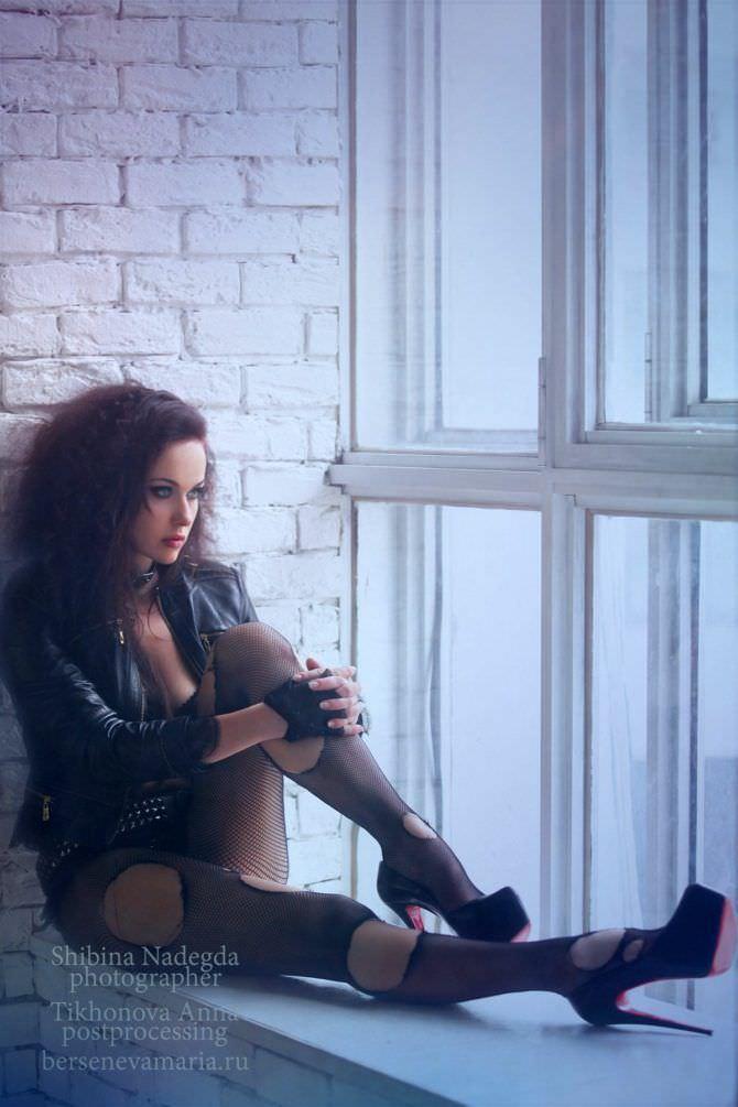 Мария Берсенева фото в куртке на окне