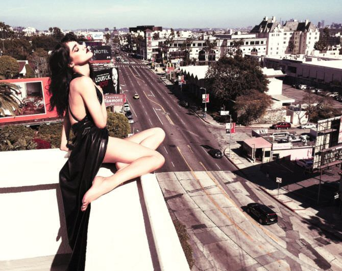 София Бутелла Фото на крыше в вечернем платье