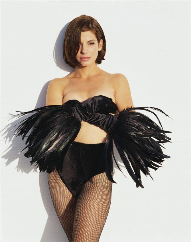 Сандра Буллок фото в перчатках с перьями