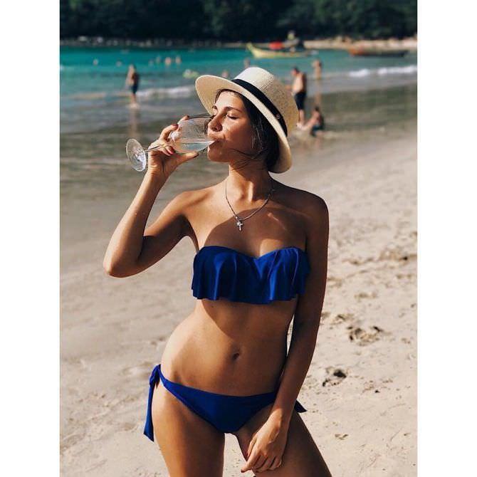 Анастасия Чепелюк фото на пляже с напитком