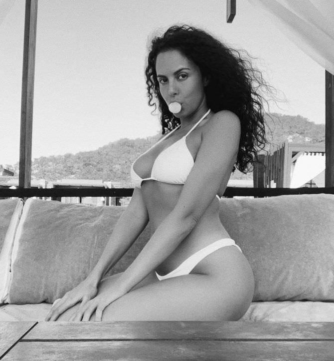 Настя Каменских черно-белое фото в купальнике из инстаграм