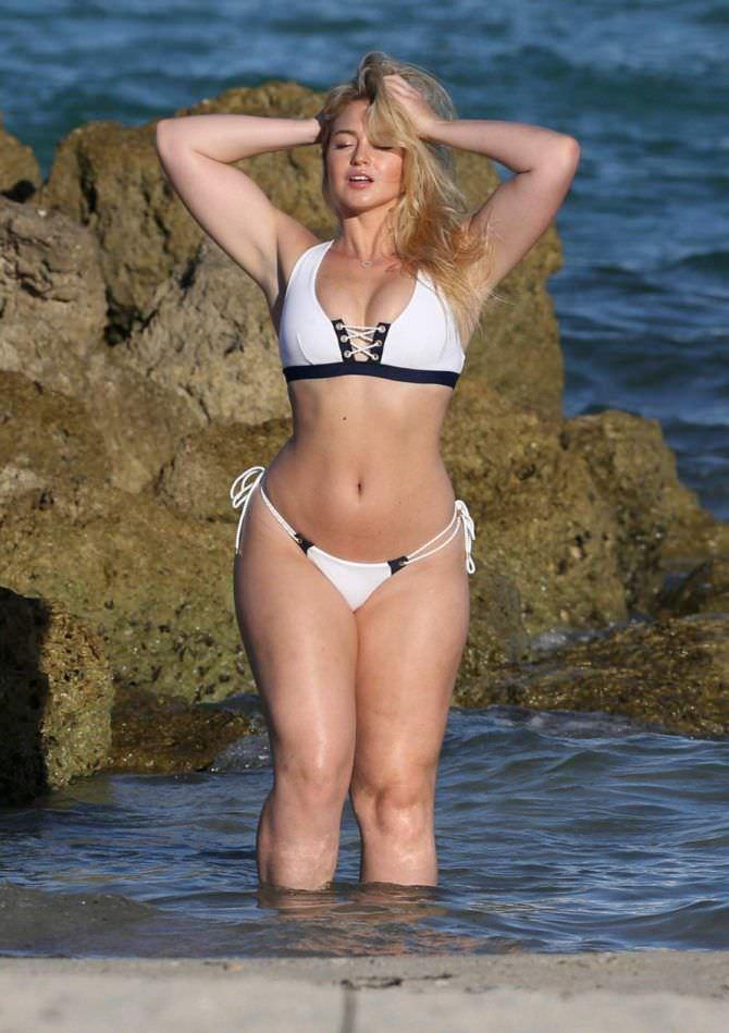 Искра Лоуренс фото в бикини на пляже
