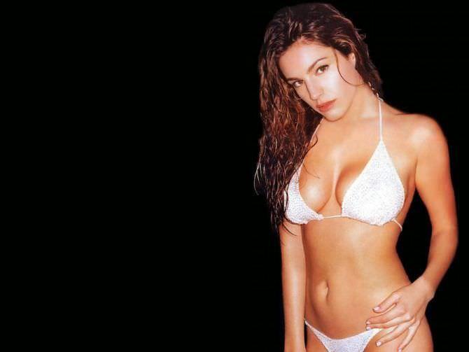 Келли Брук фотография в белом купальнике