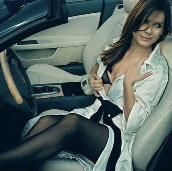 Сандра Буллок фото в плаще в автомобиле