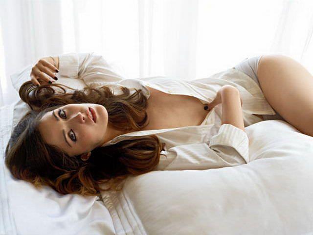 Роуз Бирн фото на постели в GQ