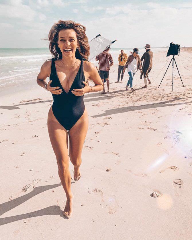 Регина Тодоренко на пляже в черном купальнике