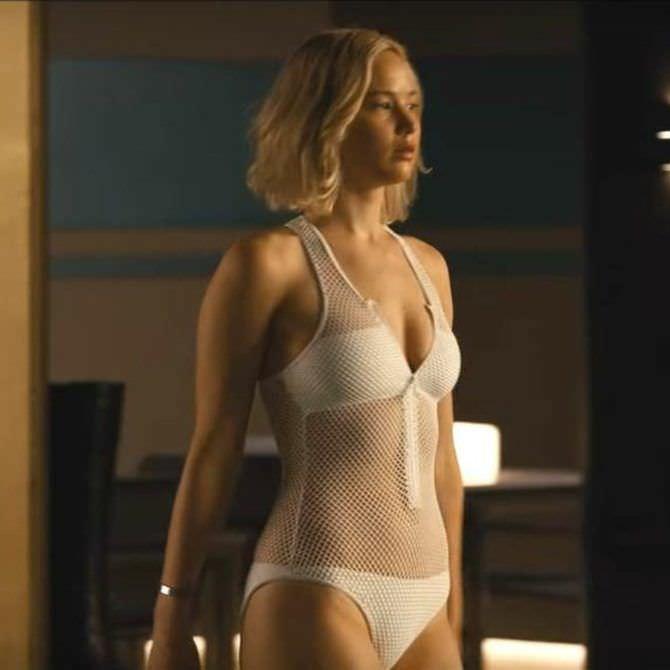 Дженнифер Лоуренс кадр из фильма в купальнике