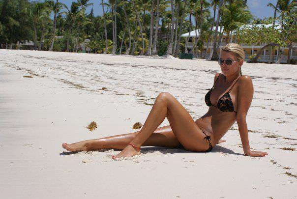Оксана Сидоренко фотография на пляже в бикини