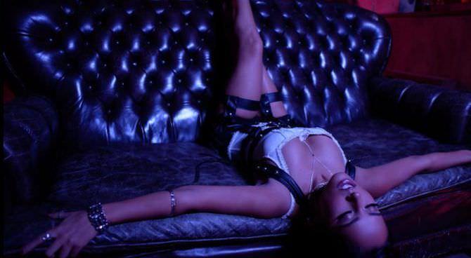 Бекки Джи фото на диване в инстаграм