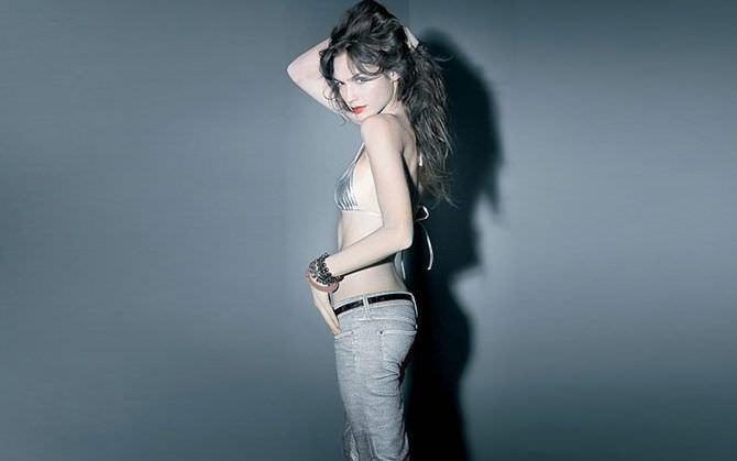 Галь Гадот фото в джинсах и бикини