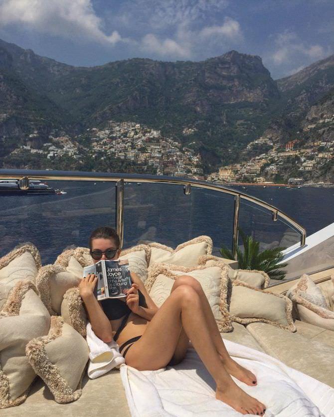 Оксана Сидоренко фото на пляже с журналом