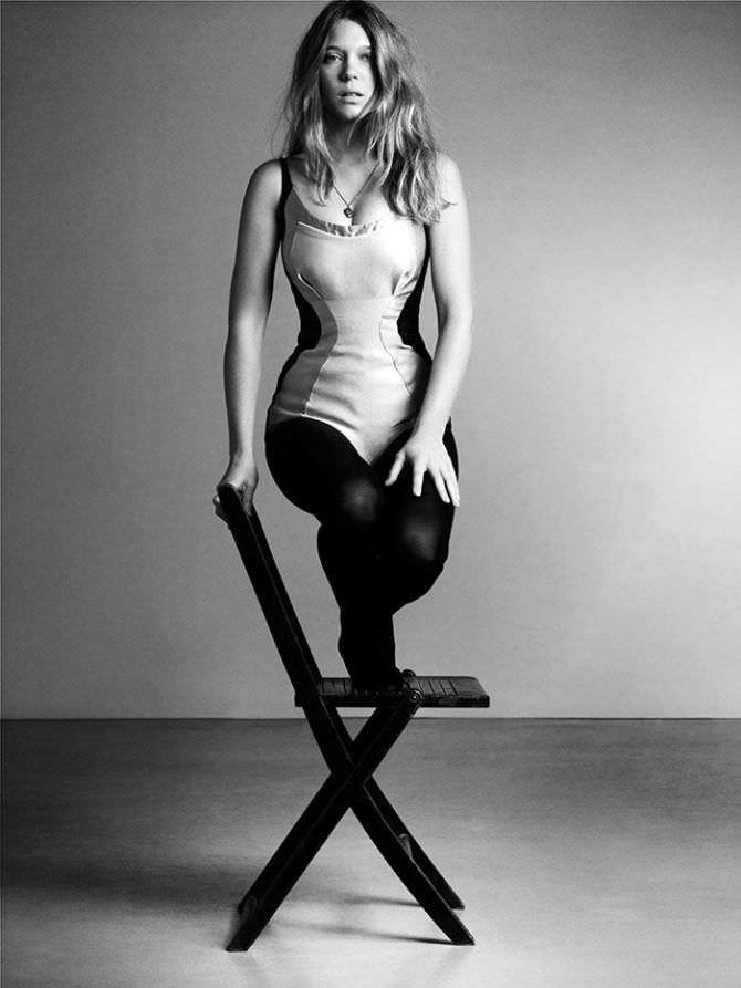 Леа Сейду фотосессия в белье на стуле