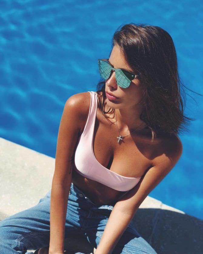 Кэти Топурия фото в джинсах и очках