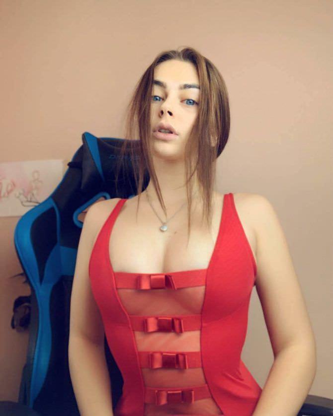 Михалина Новаковская фото в красной майке