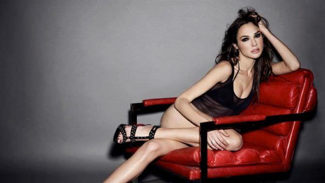 Галь Гадот фото на красном кресле