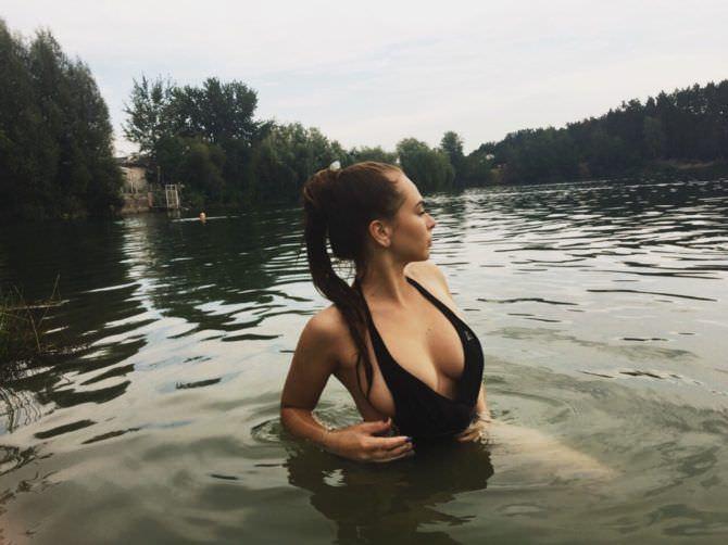 Михалина Новаковская фотография в воде в купальнике