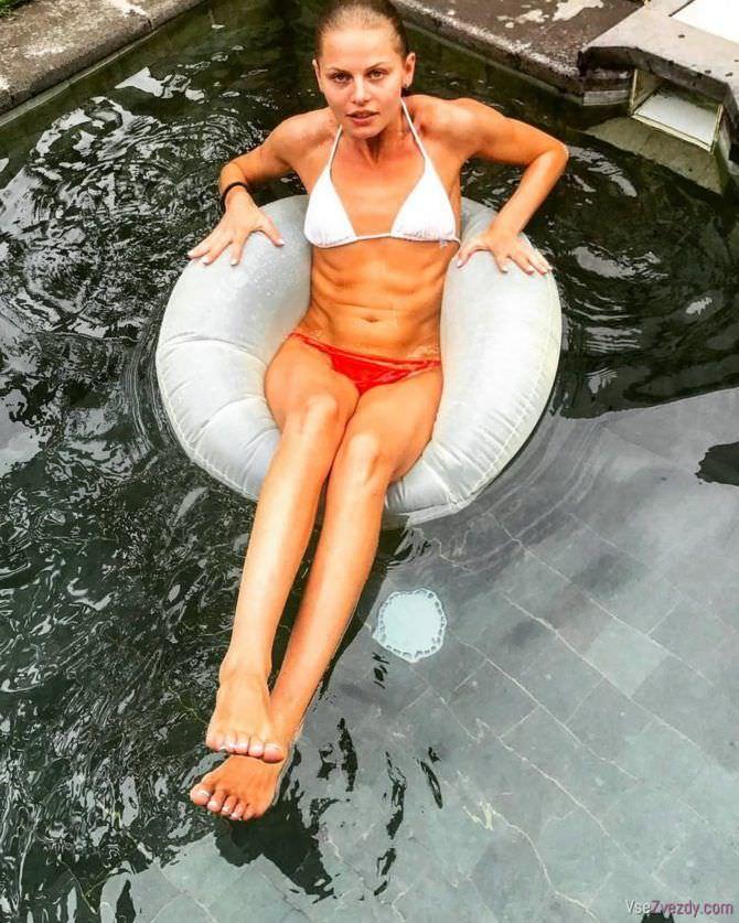 Анастасия Стежко фото в куплаьнике с кругом