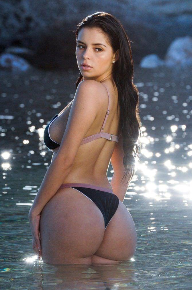 Деми Роуз фотография со спины