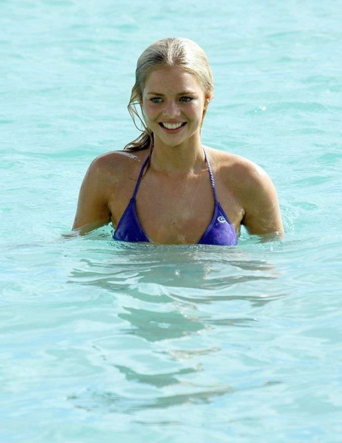 Самара Уивинг фото в купальнике в море