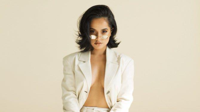 Бекки Джи фотография в белом пиджаке
