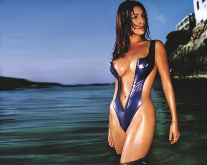 Келли Брук фото в откровенном купальнике