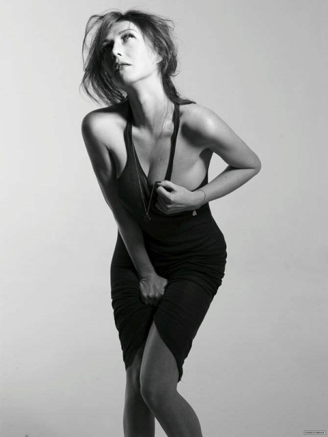 Кэрис ван Хаутен чёрно-белое фото в платье