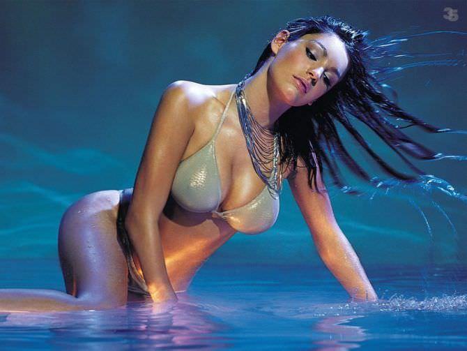 Келли Брук фото в воде в бикини