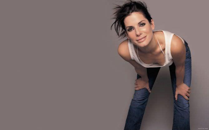 Сандра Буллок фото в майке и джинсах