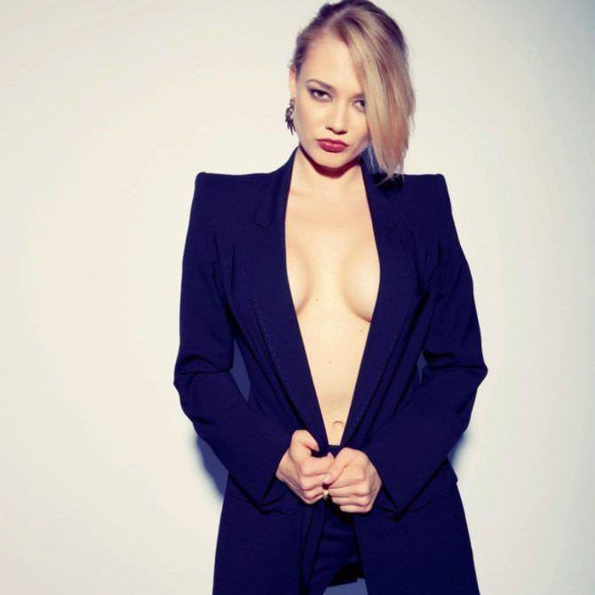 Оксана Акиньшина фотосессия в чёрном пиджаке