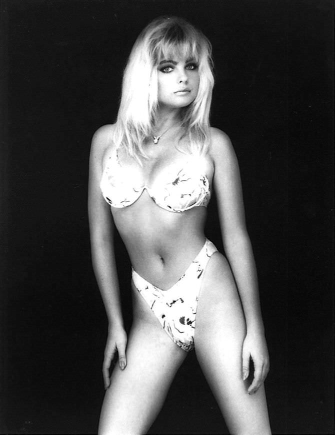 Эрика Элениак чёрно-белое фото в бикини