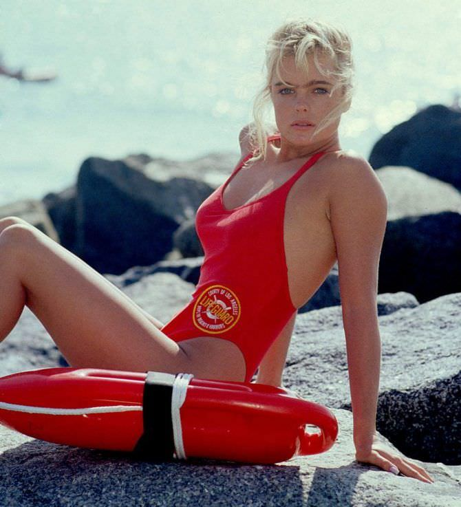 Эрика Элениак фото в красном купальнике