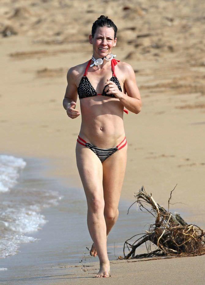 Эванджелин Лилли фото на пляже в бикини