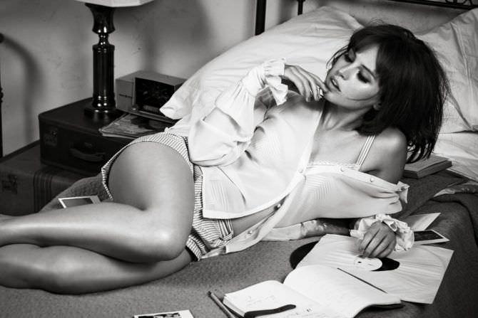 Фелисити Джонс Фотография в рубашке для журнала
