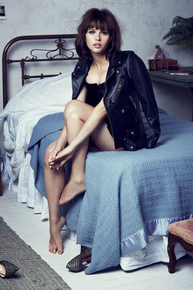 Фелисити Джонс фото в куртке на кровати