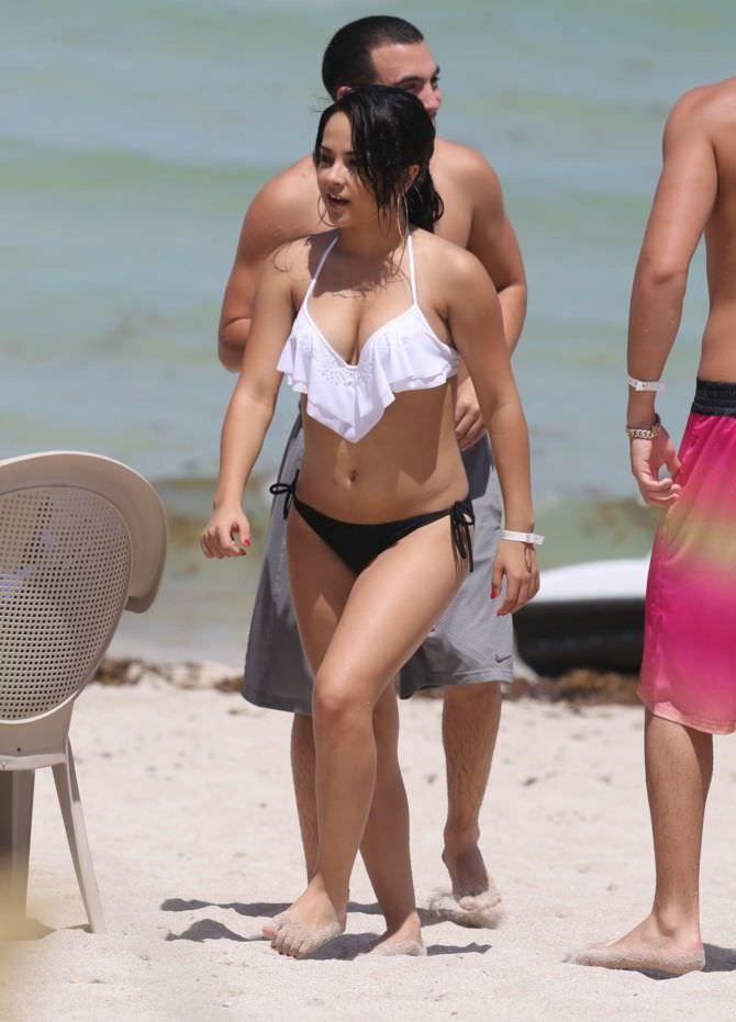 Бекки Джи фото в бикини на пляже