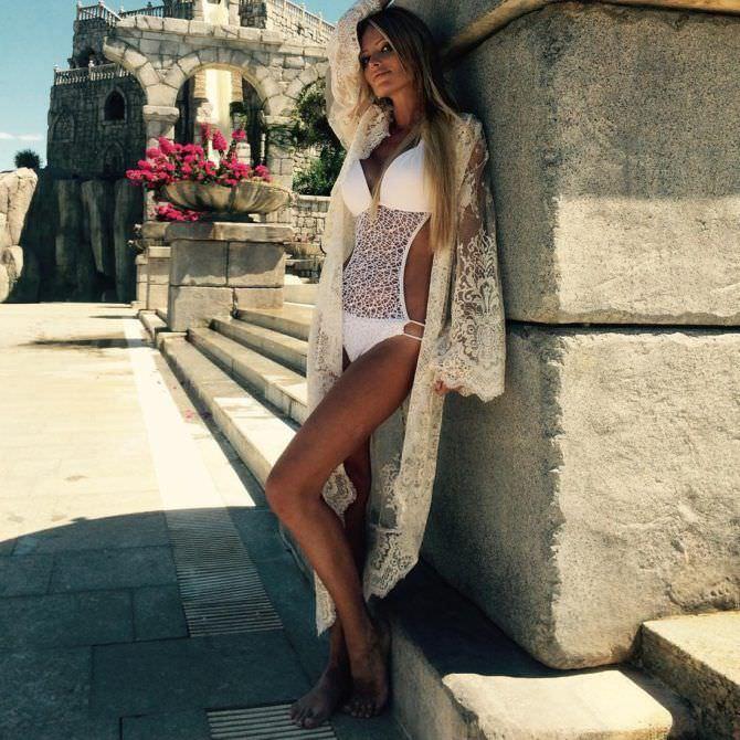 Дана Борисова фото в белом купальнике