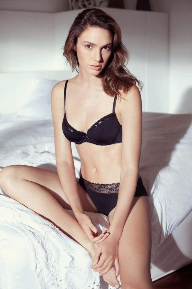 Галь Гадот фотография в белье на кровати