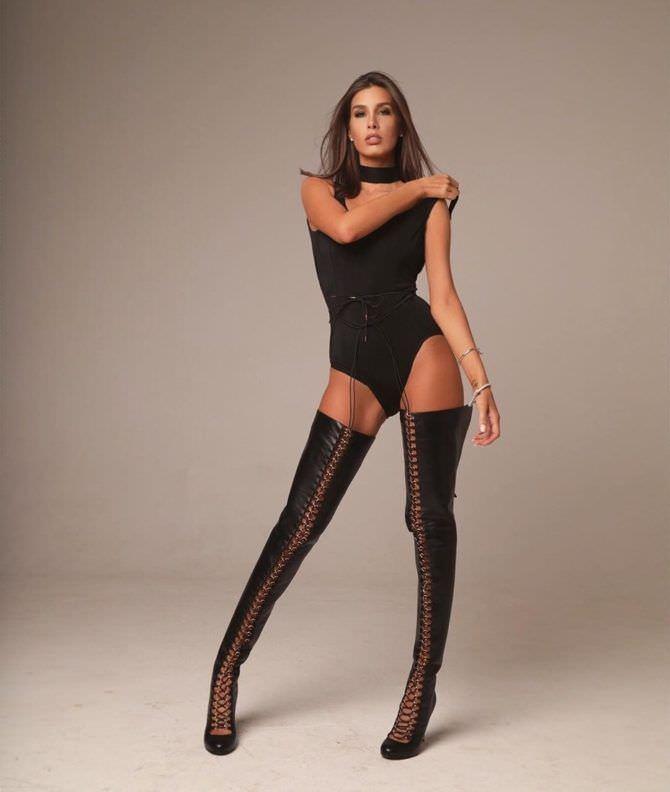 Кэти Топурия фото в чёрных ботфортах