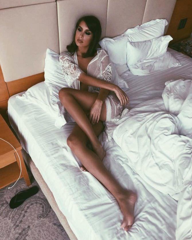 Кэти Топурия фотография в кровати