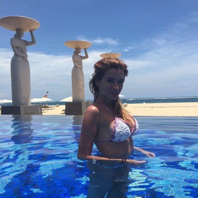 Ксения Бородина фото в бассейне со статуями