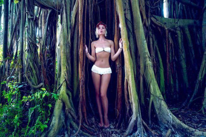 Полина Гагарина фото в купальнике с деревом